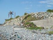 海邊豪宅以岩石堆砌而成的高牆阻斷人與海洋的對話