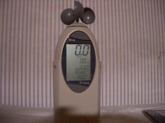風杯型風速計,利用轉速來換算得到平均風速。(圖片來源:維基共享資源,作者Jack Chui)