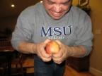 我拼盡了吃奶的力氣想把蘋果掰成兩半!