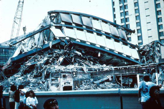 1985年墨西哥城大地震中,許多高層建築因自然震動周期與地震周期一致,引發共振效應而倒塌,造成嚴重傷亡。(圖片來源:Wilimedia Commons 作者United States Geological Survey)