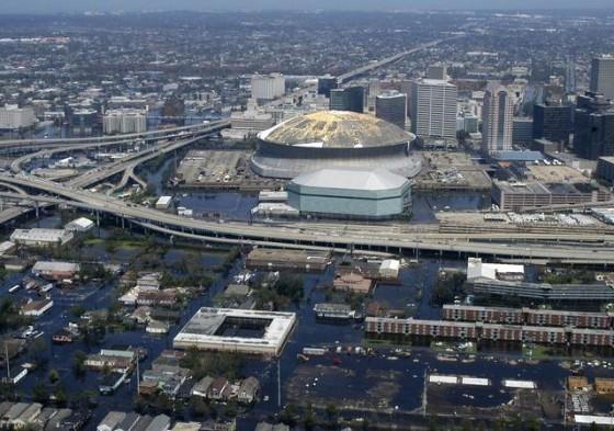 球沿海城市在2050年將因為社會經濟發展與氣候變遷等因素,面臨比今日高9倍的洪患威脅。圖為紐奧良卡翠娜災後市中心空照圖,紐奧良在2005年的風險排名中名列第四。(圖片來源:Wikimedia Commons 作者:UserWikid77)