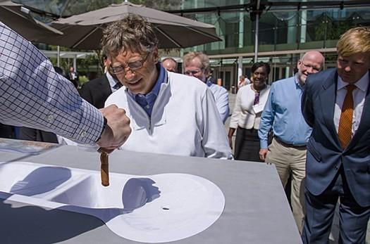 蓋茲先生,別害怕,手上的那一條是假的啦!(圖片來源:Dutch water sector)