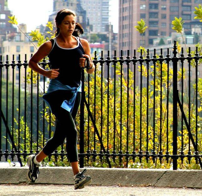 跑步時,在左腳踏出時呼氣似乎能夠避免出現跑步岔氣的情況。圖片來源:sphotos.xx.fbcdn.net
