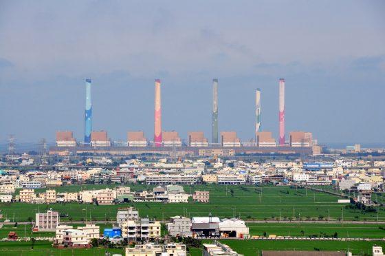 位於海濱的火力發電廠,需要注意電廠出水口的清淤以及燃料供應。圖為台中火力發電廠。(圖片來源:Wikimedia Commons 作者:阿爾特斯)