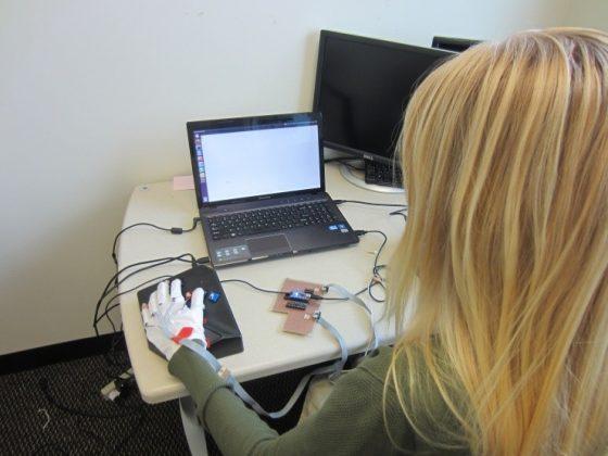 穿戴式電腦科技讓人在忙碌的同時學讀寫點字。Credit: Image courtesy of Georgia Institute of Technology