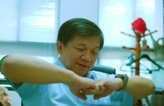 李世光老師在解釋材料的磨潤。攝影:林梳雲