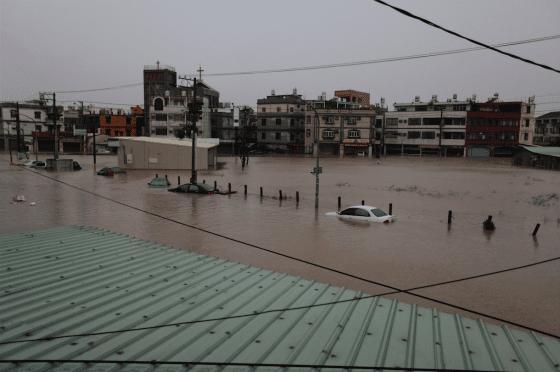 面對越來越劇烈的極端降雨,臺灣都市必須採用多管齊下的治水策略,圖為2010年高雄凡那比淹水情況。(圖片來源:WikimediaCommons, Endruw)