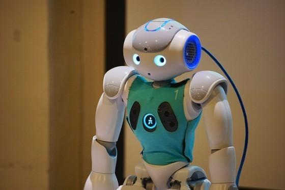 NAO機器人全身具備25關節自由度,並搭載具備聲納感測器、攝影機、喇叭,可以主動接收場地的資訊,透過軟體處理做出反應。