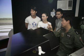 電影《想飛》的演員姚以緹、張睿家、還有喜歡飛機的蔡旻佑正在聽飛官的解說。圖片來源:安可電影