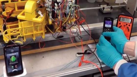用尿液發電驅動智慧型手機。 圖片來源-布里斯托機器人實驗室