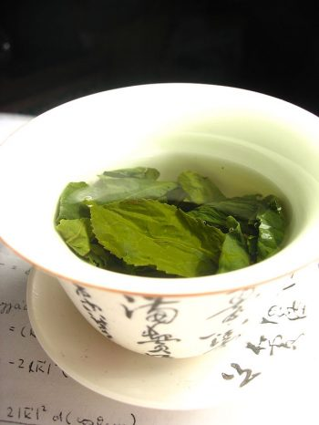 640px-Tea_leaves_steeping_in_a_zhong_čaj_05