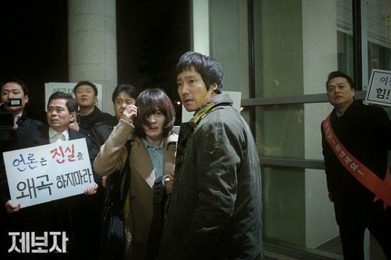 被丟雞蛋的尹敏哲(右二)與金怡瑟(右三)