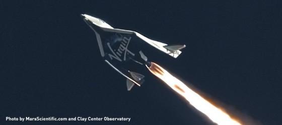 先前太空船2號試飛中,點燃火箭發動機飛行。