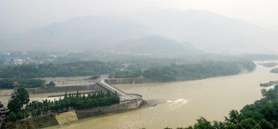 治水自古以來就是歷代執政者最頭痛的問題,時至今日的臺灣也依舊如此。圖為中國四川兩千多年歷史的都江堰。(圖片來源:flickr用戶shizhao)