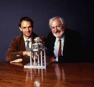 發明掃描穿隧顯微鏡(STM)的科學家Gerd Binnig(左)與 Heinrich Rohrer。圖片來源:IBM