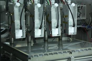 機械所團隊開發的大氣鍍膜機器。電漿噴嘴的電漿密度夠高,完整解離氧化鋅,透過氣流帶下來,讓材料順利覆在基板上形成一層薄膜。