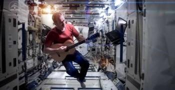 在外太空拍MV 與地球連線演唱會