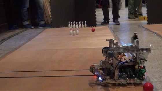 「雲科打擊隊」從角落發射,避免觸及障礙瓶。