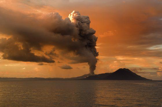 六千六百萬年前的小行星撞擊地球事件可能引發火山爆發。  source:Wiki