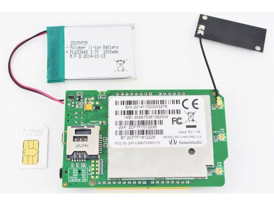 圖 2 將 SIM 卡插入 LinkIt ONE 背面的插槽並接上。您也可以裝上電池,就是一臺獨立裝置了。