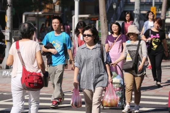 夏日炎炎,如果在荷包和舒適之間做抉擇是每個人都得面對的難題。source:中央社