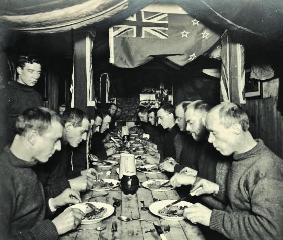 1915年6月,薛克頓的「堅忍號」遠征任務隊員共進晚餐。