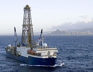 IODP Expedition 360計畫的聯合果敢號。Photo credit: William Crawford, IODP/TAMU (http://iodp.tamu.edu/publicinfo/drillship.html)