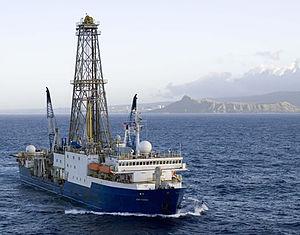 IODP Expedition 360計畫的聯合果敢號。Photo credit: William Crawford, IODP/TAMU (http://iodp.tamu.edu/publicinfo/drillship.html)