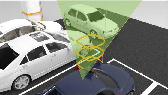 在停車場樑柱加裝 Willow 可撓式玻璃,投射影像讓駕駛能看見死角來車。圖片來源:Full Vision 團隊