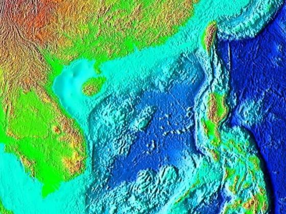 台灣南海的海底地形,其中可以看到由歐亞板塊隱入菲律賓海板塊的馬尼拉海溝。