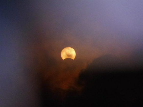 2016 年 3 月 9 日台南所觀測的日偏食,許皓翔透過日食觀測眼鏡所拍攝並分享到泛科學粉絲團。(由許皓翔授權提供。)