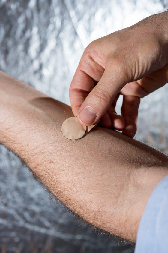 Microneedles不須醫護人員操作,自己一貼就可以完成注射。圖/Rob Felt Georgia Tech