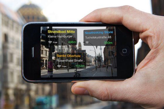 目前擴增實境運用在日常生活還十分稀少,圖為使用GPS定位系統作為辨識工具來指路。圖/flickr @plantronicsgermany