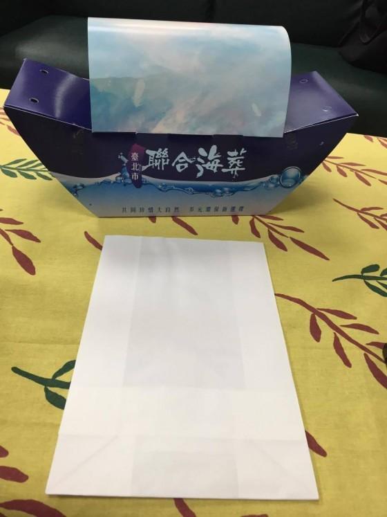 海葬中裝骨灰的棉紙袋和海葬船。圖/彭琬馨攝影