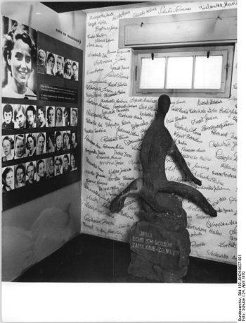 Zentralbild Schulze 24.4.1970 Zum 25. Jahrestag der Befreiung des faschistischen Konzentrationslagers Ravensbrück am 30. April. Gedenkstätte für erschossene polnische Häftlinge in einer Zelle des ehemaligen faschistischen Konzentrationslagers. Am 30. April 1970 jährt sich zum 25. Male der Tag, an dem sowjetische Soldaten das faschistische Frauen-Konzentrationslager Ravensbrück befreiten. 92.000 Frauen und Kinder aus über 20 Nationen erlebten diesen Tag nicht mehr; sie wurden in den Jahren von 1939 bis 1945 von den Faschisten ermordet oder von Hunger und Seuchen hinweggerafft.