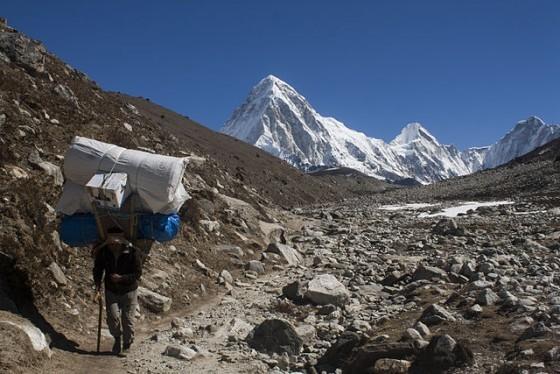 640px-Sherpa_Hikes_from_Dughla_Towards_Lobuche