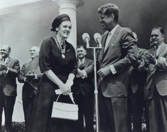 凱爾西從甘迺迪手中接下獎項。有趣的是,甘迺迪的夫人賈桂琳,在凱爾西力擋沙利竇邁的期間,也正好懷孕,成了潛在的受益人(圖片來源)