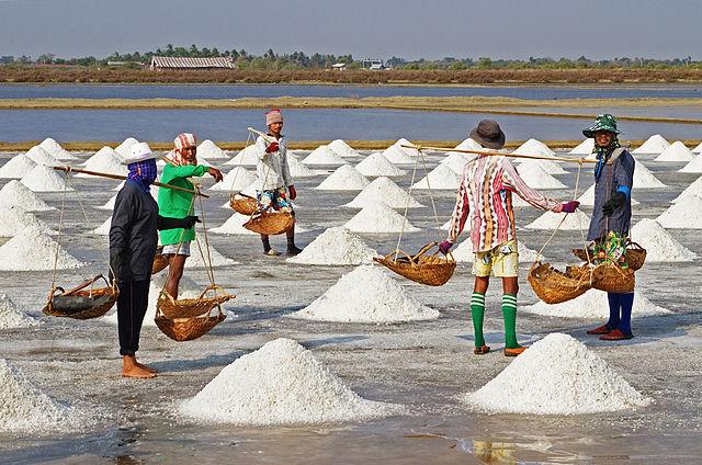 640px-Salt_Farmers_-_Pak_Thale-edit1