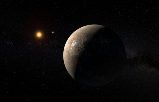 藝術家筆下的 Proxima b 正繞著遠方的比鄰星運行,更遠處兩顆較亮的星為半人馬座 α 星 A 與 B,這兩顆星與比鄰星組成三合星系統。Credit: ESO/M. Kornmesser