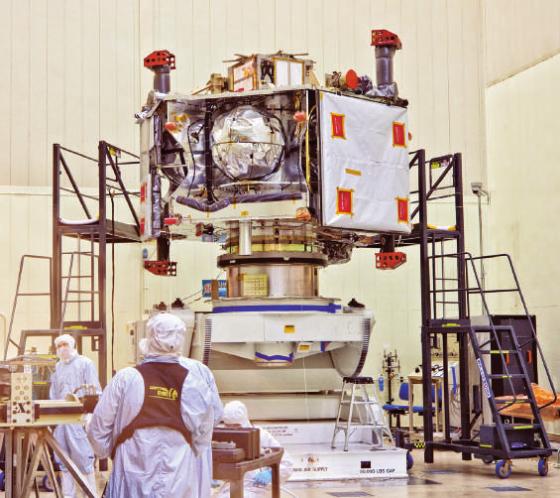 圖中正在組裝的「朱諾號」於 2011 年 8 月發射升空,經過五年的飛行時間,如今已抵達木星。圖/《BBC 知識 2016 年 8 月號》