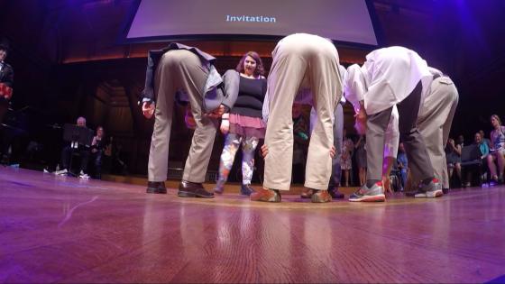 在搞笑諾貝爾獎得現場,受獎者邀請大家一起彎腰看世界。圖/直播影片截圖