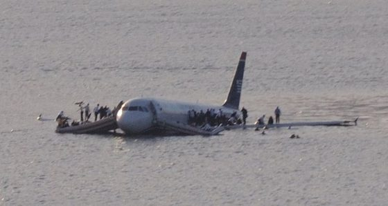 US 1549 迫降於哈德遜河後的畫面。圖/Greg L - originally posted to Flickr as Plane crash into Hudson River,CC BY 2.0