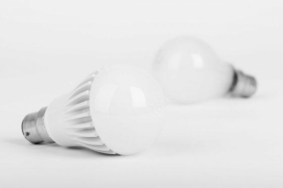 LED 燈泡(前)較一般白熾燈泡(後)更為省電。圖 / pixabay, CC License