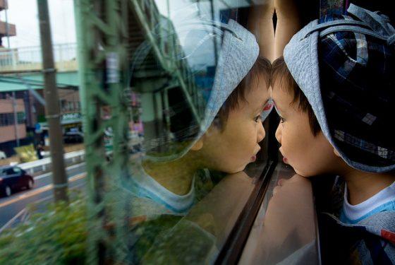 透過窗戶看到的事物可能因為窗戶本身的限制而與真實世界不同,但由於沒有機會踏出高樓而誤把它們當作真相。圖/Jeff Laitila @ Flickr