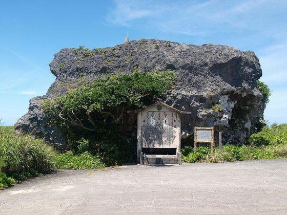 位於宮古下地島的海嘯石(不一定是1771年海嘯帶來的),與前方1771年海嘯紀錄的「歷史本文」。圖/By Paipateroma - Own work, CC BY 3.0, https://commons.wikimedia.org/w/index.php?curid=9054092