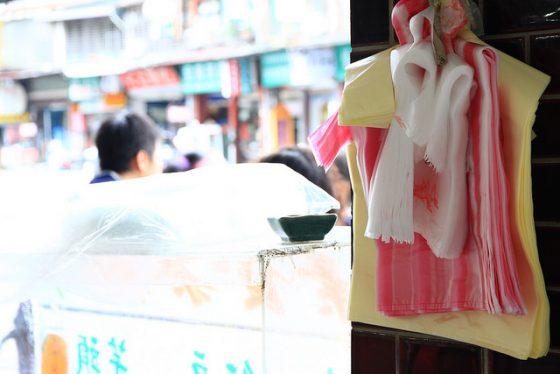 塑膠袋是日常生活中大量使用的塑膠製品。圖/鵬智 賴 @ Flickr