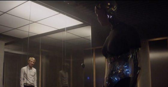 電影《人造意識》中,嘉立向艾娃提問題,測試他是否具有意識。圖/IMDb