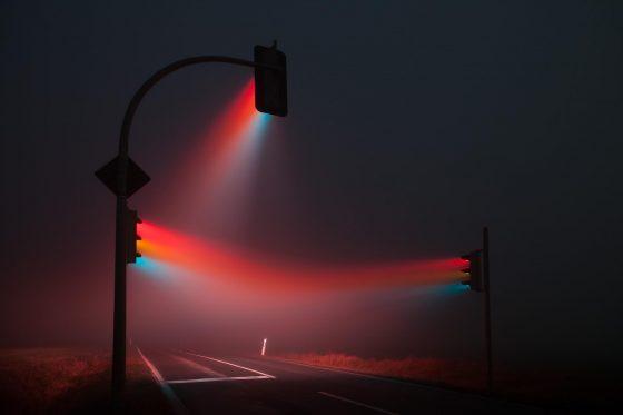 這張拍攝於德國魏瑪的延時疊加照片,不嚴格但有趣地展現了不同色光在霧中的穿透力差異。圖/Lucas Zimmermann