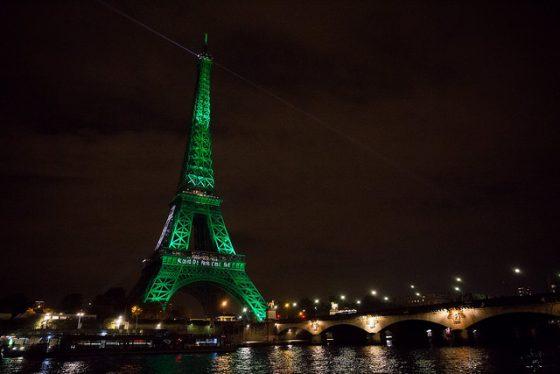 綠色的艾菲爾鐵塔,象徵巴黎協議的通過。圖/usa.gov@flickr