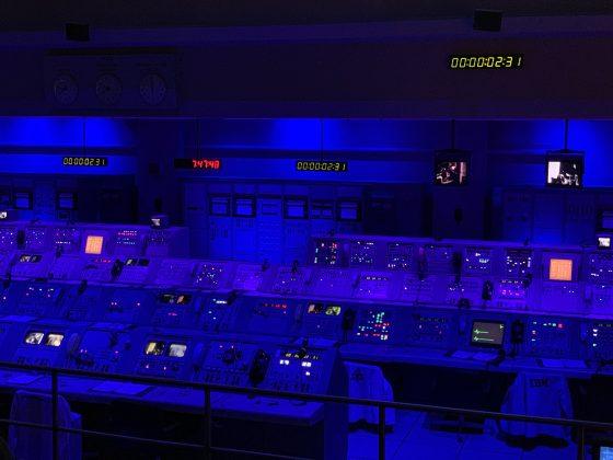 圖/美國甘迺迪太空中心展示阿波羅登月任務的農神五號發射控制室。(陳維鈞拍攝)